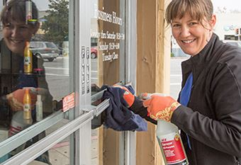Visa volunteer participates in annual holiday clean-up program on 25th Avenue